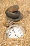 Relógio do tempo na areia Fotos de Stock Royalty Free