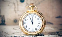 Relógio do vintage no mapa antigo Foto de Stock Royalty Free