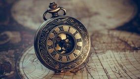 Relógio do vintage no mapa do mundo fotografia de stock royalty free