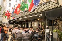 Relógio dos povos e dos suportes, o campeonato do mundo 2018 do futebol, em um terraço da cafetaria em Paris imagens de stock royalty free