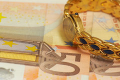 Relógio dourado no dinheiro Foto de Stock