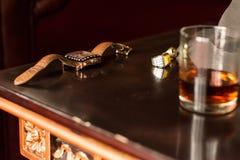 Relógio e anel do ` s dos homens na tabela retro de madeira fotos de stock