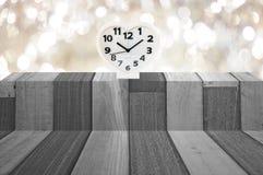 Relógio e banco de madeira Imagens de Stock Royalty Free