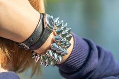 Relógio e bracelete em uma mão do ` s da mulher Fotos de Stock