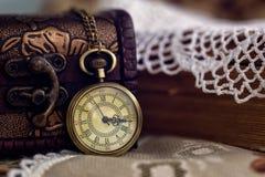 Relógio e caixão de bolso no servet do laço Imagens de Stock Royalty Free