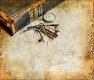 Relógio e chaves da Bíblia em um fundo de Grunge Fotos de Stock Royalty Free