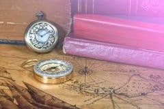 Relógio e compasso de bolso do vintage no mapa velho Fotos de Stock Royalty Free