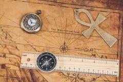Relógio e cruz de bronze de bolso do estilo antigo no mapa Imagens de Stock Royalty Free