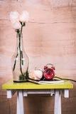 relógio e flor cor-de-rosa imagem de stock