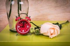 relógio e flor cor-de-rosa foto de stock royalty free