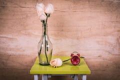 relógio e flor cor-de-rosa fotos de stock royalty free