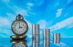 Relógio e moedas de bolso do vintage Fotos de Stock Royalty Free