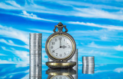 Relógio e moedas de bolso do vintage Imagem de Stock