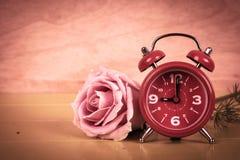 Relógio e rosa do rosa foto de stock