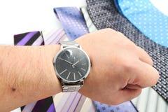 Relógio e variedade de gravatas coloridas Imagens de Stock