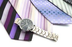 Relógio e variedade de gravatas coloridas Fotografia de Stock Royalty Free