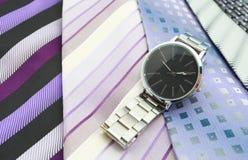 Relógio e variedade de gravatas coloridas Fotos de Stock Royalty Free