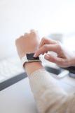 Relógio eletrônico de Cheking Foto de Stock Royalty Free