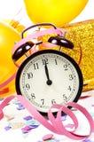 Relógio em doze, balões, flâmulas e confetes para o YE novo Fotografia de Stock