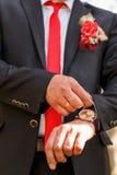 Relógio em uma mão do ` s do homem, as taxas do noivo Foto de Stock Royalty Free