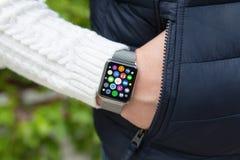 Relógio esperto do toque da mão do homem com apps dos ícones da tela home Imagens de Stock
