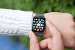 Relógio esperto do toque da mão do homem com apps dos ícones da tela home Fotografia de Stock Royalty Free
