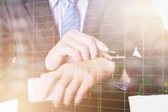 Relógio esperto do uso do homem de negócio com conceito do mercado de valores de ação Imagens de Stock Royalty Free
