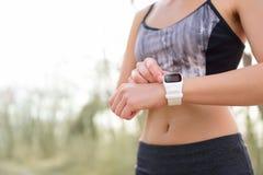 Relógio esperto para o esporte com o monitor da frequência cardíaca fotos de stock