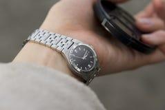Relógio metálico na mão das mulheres Imagem de Stock