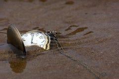 Relógio na areia sob a água Imagens de Stock
