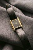 Relógio na flanela cinzenta Fotografia de Stock Royalty Free