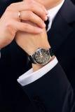 Relógio na mão do noivo Imagens de Stock