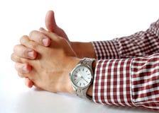 Relógio na mão dos homens na tabela Fotografia de Stock Royalty Free