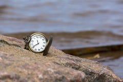 Relógio na rocha no fundo do mar Fotografia de Stock