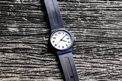 Relógio na tabela Imagens de Stock