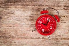 Relógio no fundo de madeira imagem de stock