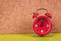 Relógio no fundo de madeira imagens de stock royalty free