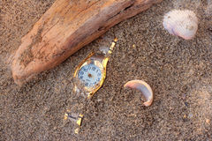 Relógio perdido na areia fotos de stock royalty free