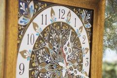 Relógio pintado à mão quadrado de Brown com pinturas acrílicas do contorno foto de stock royalty free
