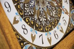 Relógio pintado à mão quadrado de Brown com pinturas acrílicas do contorno fotografia de stock