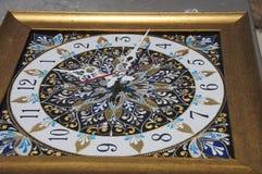 Relógio pintado à mão quadrado de Brown com pinturas acrílicas do contorno imagem de stock
