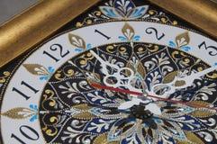 Relógio pintado à mão quadrado de Brown com pinturas acrílicas do contorno fotos de stock