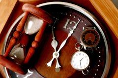 Relógio, pulso de disparo e hourglass de Brown fotografia de stock