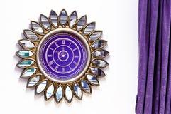 Relógio roxo sob a forma de uma flor com pétalas do espelho fotos de stock royalty free