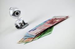Relógio sobre o dinheiro fotos de stock