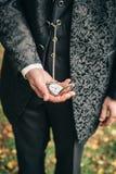Relógio velho nas mãos Fotos de Stock Royalty Free