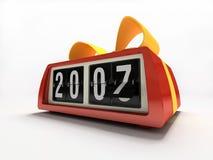 Relógio vermelho - contrário no presente branco do ano novo do fundo Fotografia de Stock Royalty Free