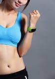 Relógio wearable ostentando do uso da mulher Imagens de Stock