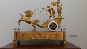 Relógios antigos lacônicos e à moda em uma caixa do ouro fotografia de stock