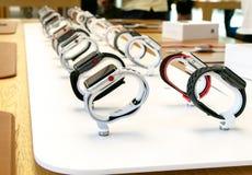 Relógios de Apple na exposição na loja Fotografia de Stock Royalty Free
